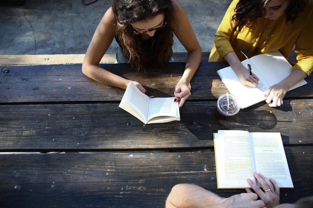 Persone che scrivono e leggono